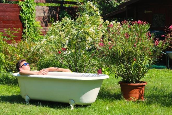 szögletes aranyhal nyári nap a kertben 011 kád fürdés