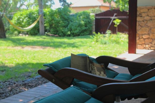 szögletes aranyhal nyári nap a kertben 018 könyv