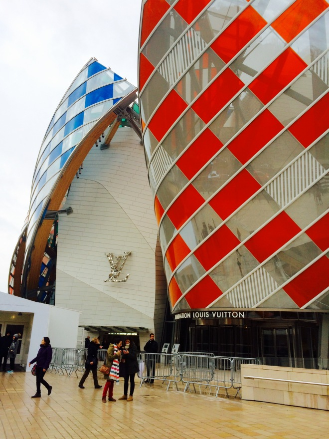 Louis Vuitton Foundation Párizs szögletes aranyhal 11