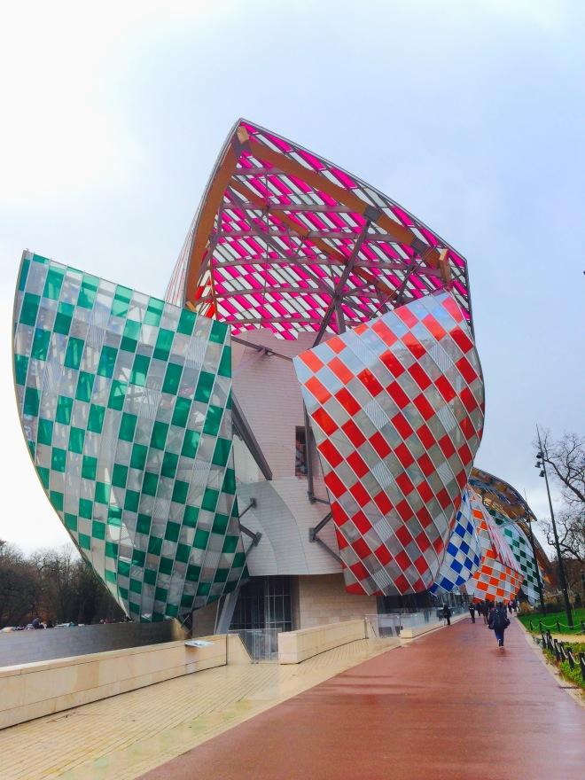Louis Vuitton Foundation Párizs szögletes aranyhal 15